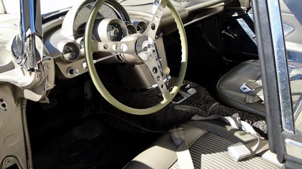 1961-Chevrolet-Corvette-283-230HP-16
